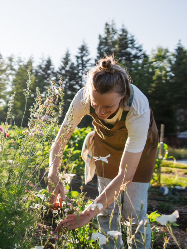 Illustrasjonsfoto av en dame i hagen.